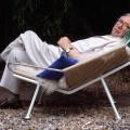 PP225 Flagline chair og Hans J Wegner som sitter i stolen