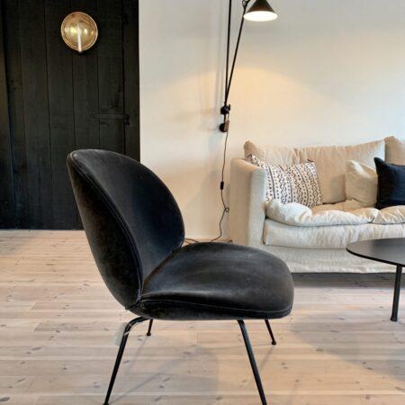 Gubi beetle lounge chair antrachit velvet bilde 2